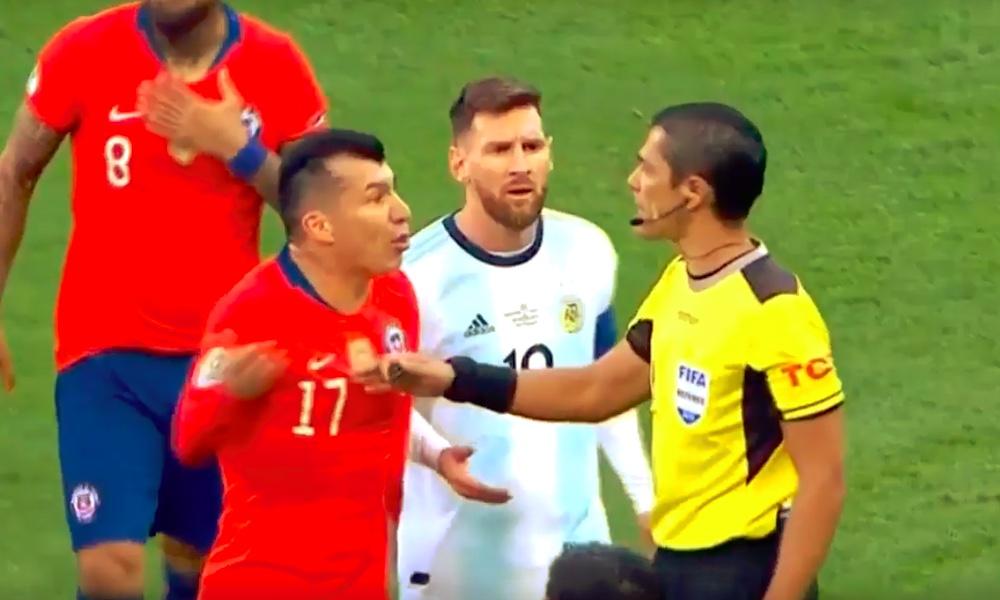 Lionel Messi lensi pihalle Chileä vastaan, kuten myös vastustajan Gary Medel. Tuomarin ratkaisu on aiheuttanut paljon parran pärinää.