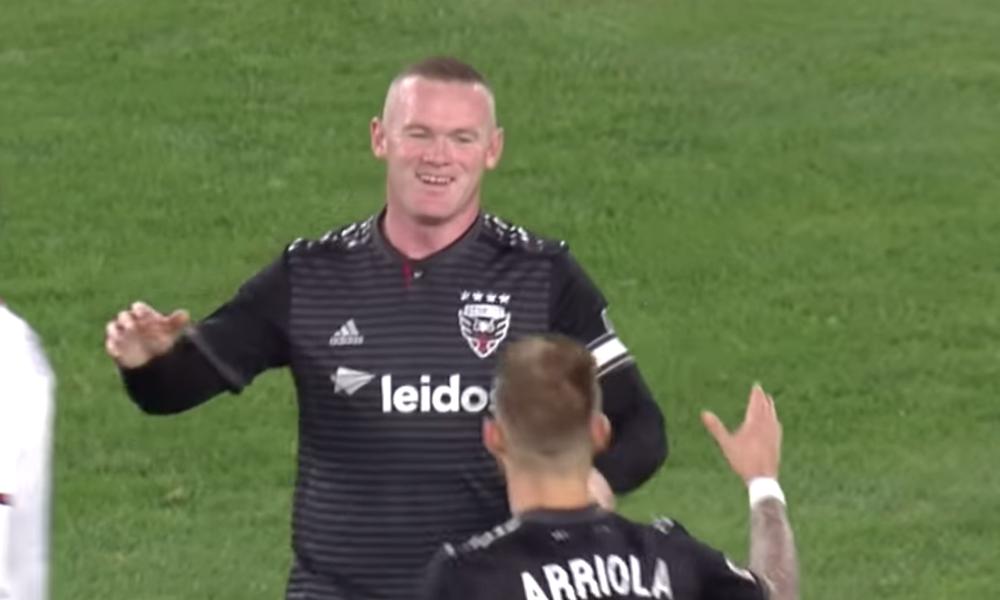 DC Unitedin riveissä palloileva Wayne Rooney iski pallon pilkulta sisään: se aiheutti katsojissa täyden sekoamisen ja oluet saivat kyytiä.
