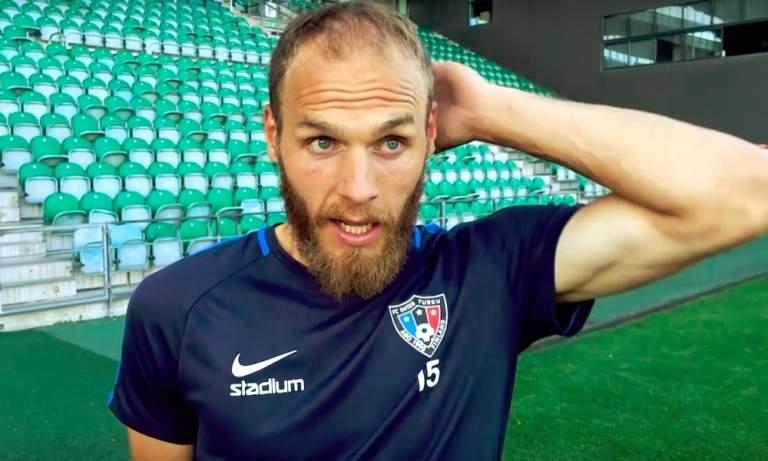 Timo Furuholmilta koominen heitto Huuhkajien pelistä: hän tuskin pääsee näkemään Huuhkajien historiallista ottelua Liechtensteinia vastaan, koska ottelu on myyty loppuun.