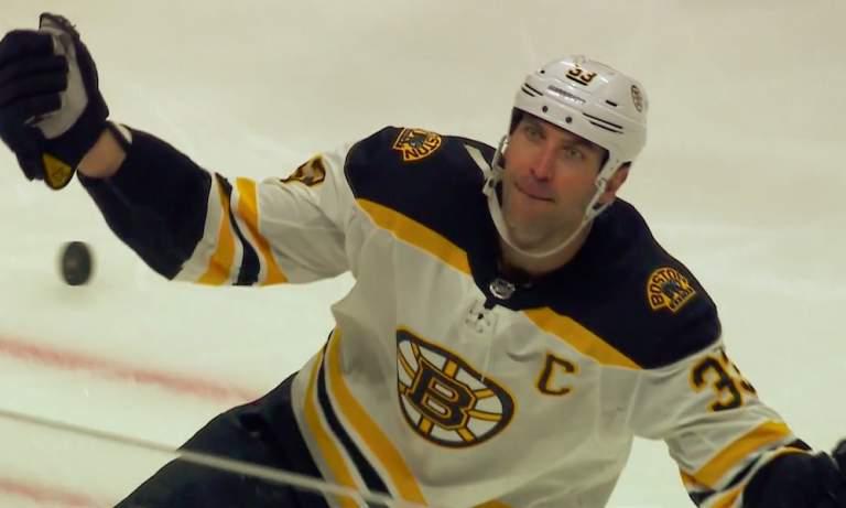 Boston Bruinsin Zdeno Chara ohitti Chris Cheliosin: slovakialaisesta tuli NHL:n historian iäkkäin neljän ottelun pisteputkeen yltänyt pelaaja.