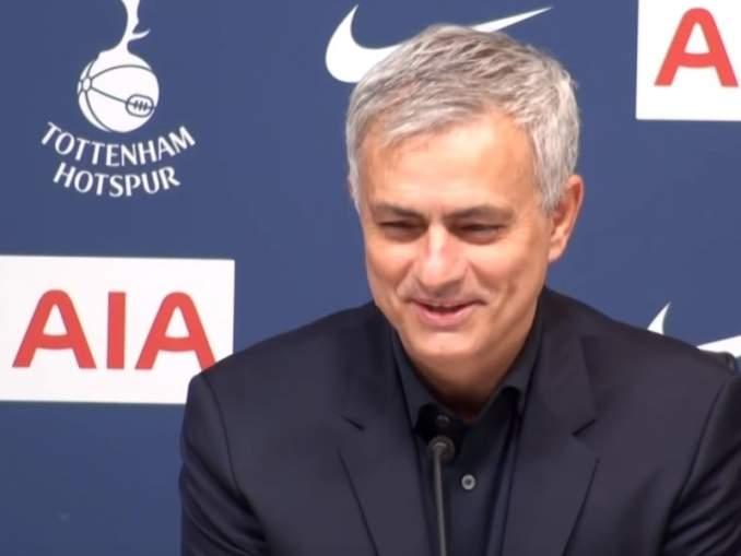José Mourinho tuomassa silmäteränsä Marouane Fellainin takaisin.