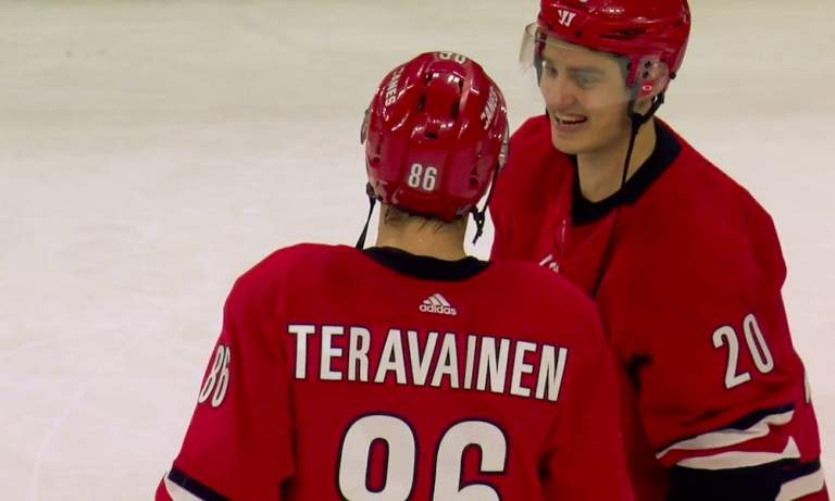 NHL-pelaajat saavat jättibonukset tänään ja Carolina Hurricanesin Sebastian Aholle se tarkoittaa melkoista palkkapäivää.