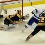 Bruins ja Blues menettävät ykköspaikkansa, jotka joukkueet hankkivat omissa konferensseissaan runkosarjassa.