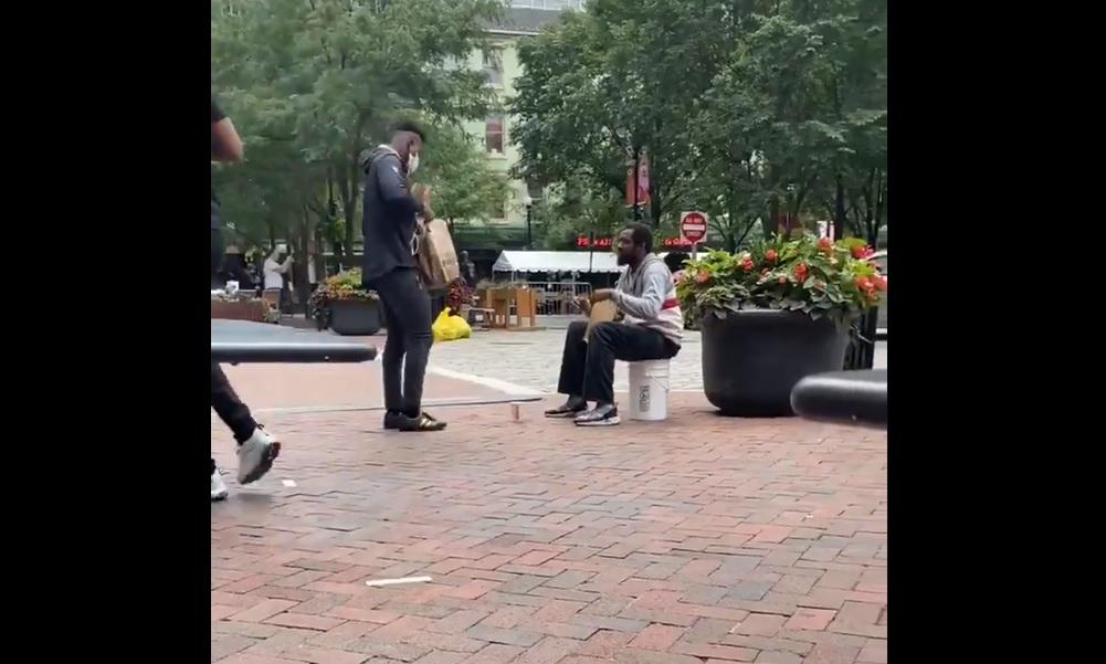 NLF-tähden sydän on kultaa! Pittsburgh Steelersin JuJu Smith-Schuster osti kadulla olevalle miehelle ruoka-annoksen. Tilanteen taltioi kadulla oleva fani.