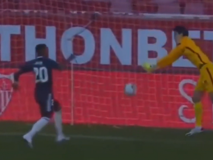 VIDEO: Miten Vinícius Júnior pystyi mokaamaan? Pommitti pallosta ohi | Urheiluvedot.com