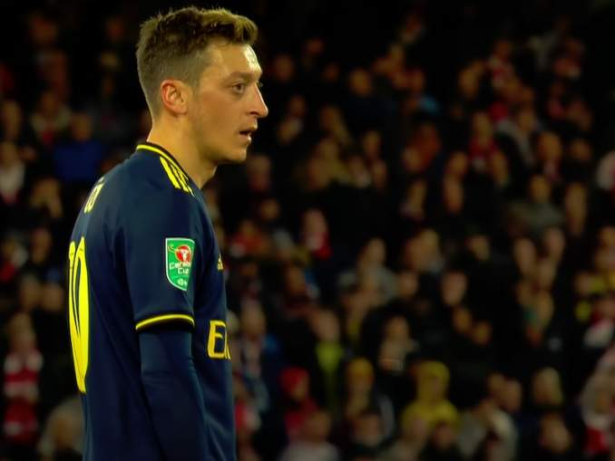 Mesut Özil ja Piers Morgan sanasodassa Twitterissä: sanoja lentelee molempiin suuntiin.